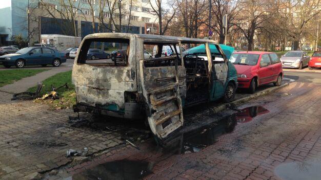 """Volkswagen doszczętnie spłonął na Dzielnej. """"Auto stało tam od dawna"""""""