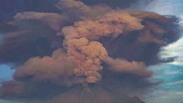 Chmura dymu i popiołu nad Popocatepetlem