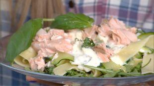Pyszny i zdrowy zastrzyk węglowodanów: makaron z łososiem i cukinią