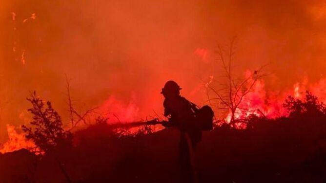 Ranni strażacy. Opanowano mniej niż połowę największego pożaru