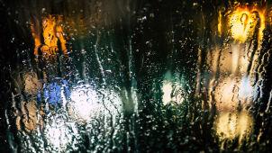 Burze, deszcz i porywisty wiatr. Trudne warunki na drogach