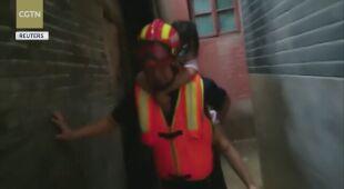 Ratownicy pomagający ludziom w Chinach